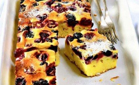 Рецепт Быстрый творожный пирог с вишней и ежевикой