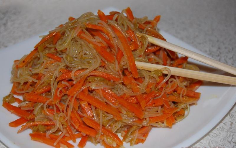 салат с фунчозой и курицей и корейской морковью
