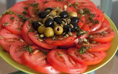 Рецепт Салат из помидоров и маслин