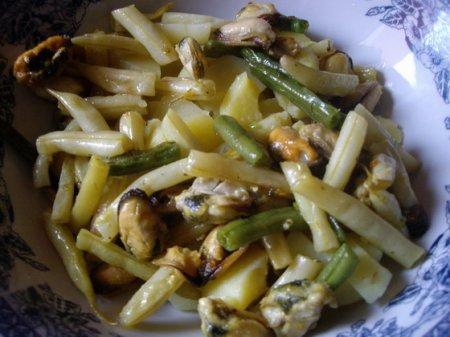 Картофельный салат с фасолью и мидиями