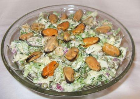 Салат с мидиями и салатом айсберг