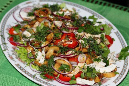 Салат из свежих овощей с жареными грибами и курочкой