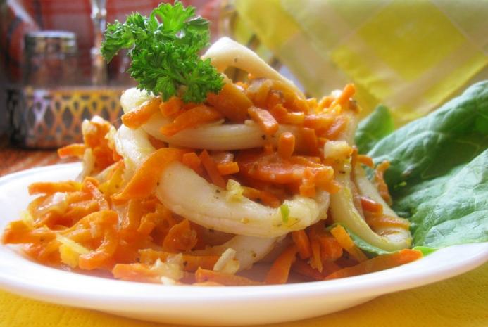 тушеные кальмары с морковью и луком