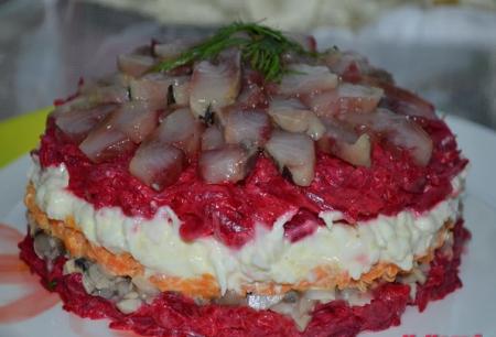 Салат с сельдью и грибами