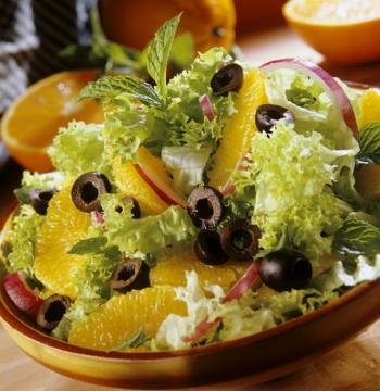 """Рецепт Салат """"Афины"""" из апельсинов, листьев салата и маслин"""