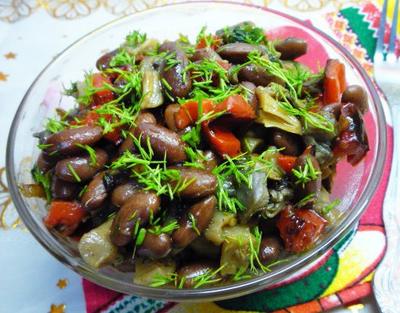 Рецепт Теплый грибной салат с красной фасолью, печеным перцем и острой заправкой