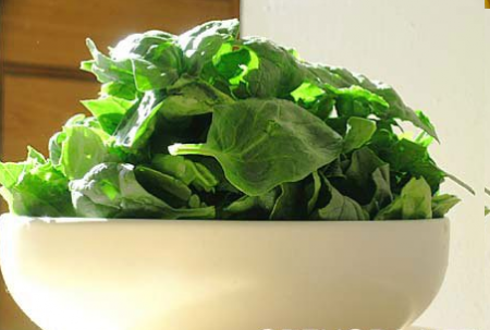 Рецепт Салат из шпината с зеленым луком и соусом из кислого молока
