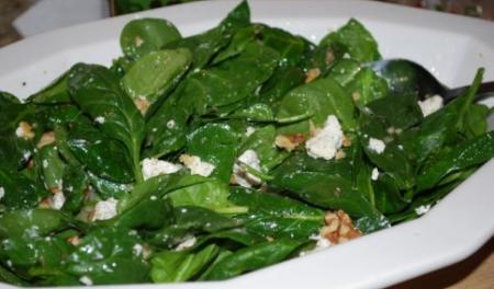 Рецепт Салат из шпината с грецкими орехами и кефиром
