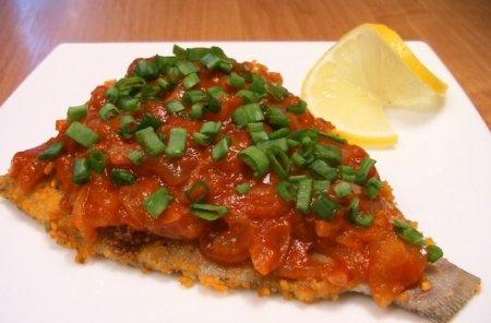 Рецепт Жареная камбала под томатно-луковым соусом