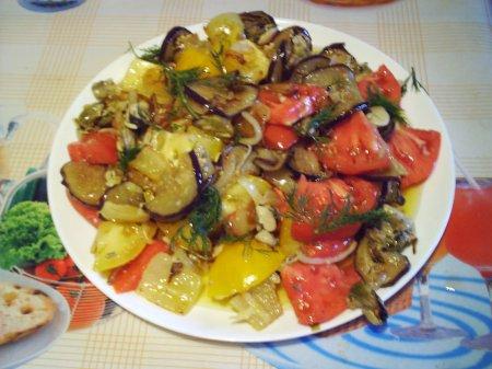 Салат с баклажанами и мидиями