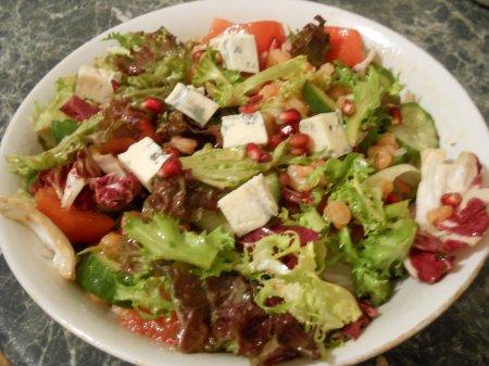 Салат из овощей с креветками и гранатом