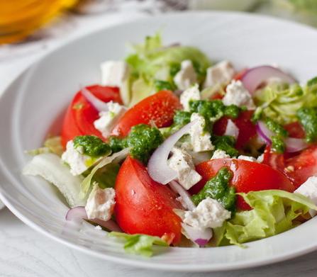 Салат из помидоров с фетой и базиликовой заправкой