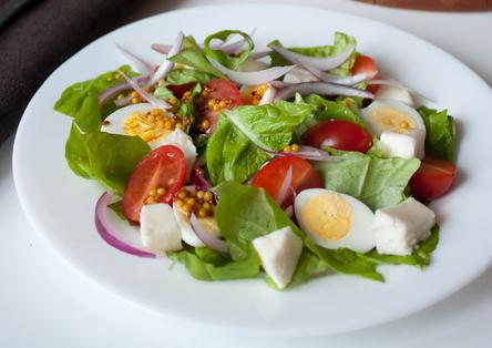 Рецепт Салат из моцареллы, томатов и перепелиных яиц