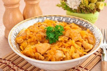 Рецепт Квашеная капуста, тушенная с куриным филе