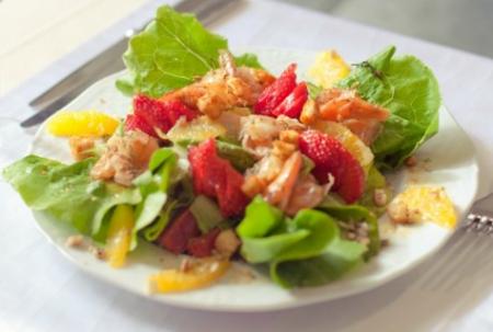 Рецепт Салат с тигровыми креветками и клубникой
