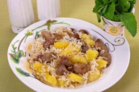 Рецепт Филе индейки, жаренное с рисом и ананасами