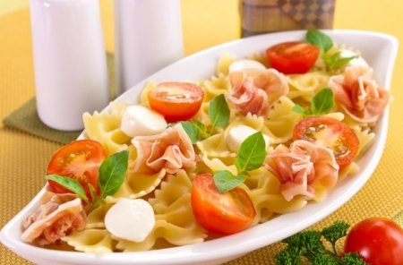 Рецепт Макароны с беконом, моцареллой и помидорами
