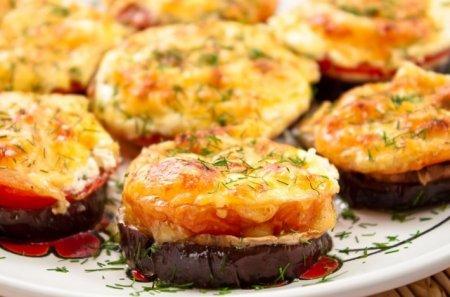 Рецепт Баклажаны, запеченные с помидорами и грибами