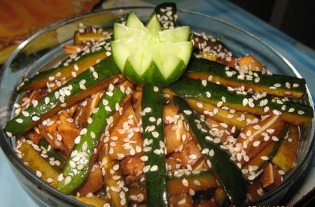 Рецепт Хрустящий салат из свиных ушек