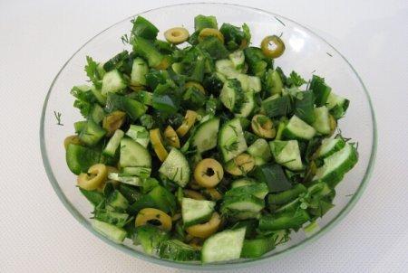 Рецепт Пикантный салат из зелени «Утро на болоте»