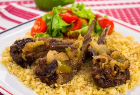 Рецепт Бараньи ребрышки с яблоками, черносливом и булгуром