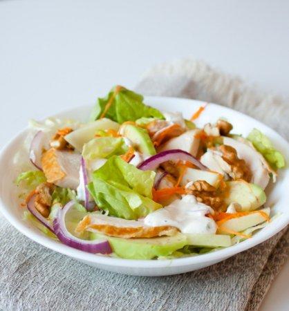Рецепт Салат из копченой курицы, яблок и грецких орехов
