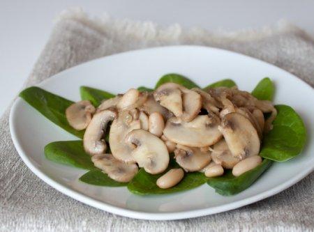 Рецепт Теплый салат из шампиньонов и белой фасоли со шпинатом