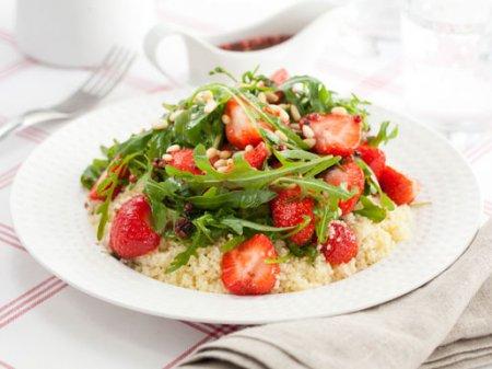 Рецепт Салат из клубники, кускуса и рукколы