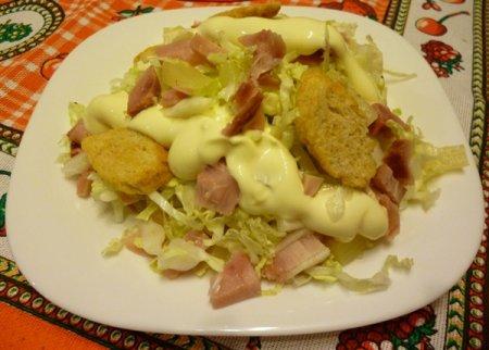 Рецепт Салат с копченой курицей, пекинской капустой, ананасами и сухариками