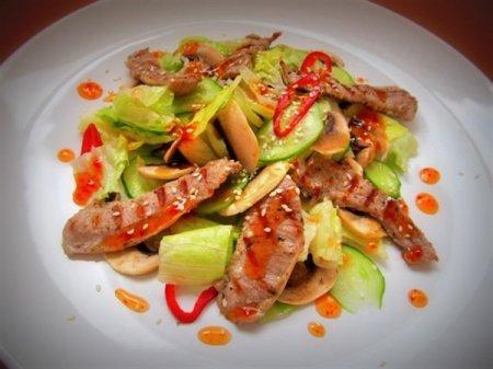 Рецепт Салат с грилованной индейкой под соусом чили