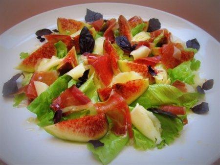 Рецепт Салат с инжиром, сыровяленной ветчиной и козьим сыром