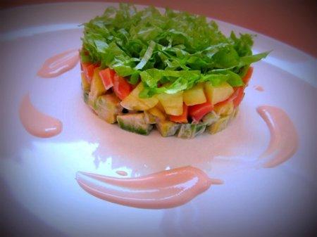 Рецепт Салат с лососем и ананасом под розовым соусом