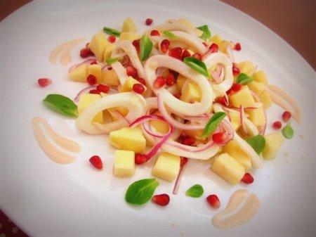 Рецепт Салат с кальмарами и яблоками под йогуртовым соусом