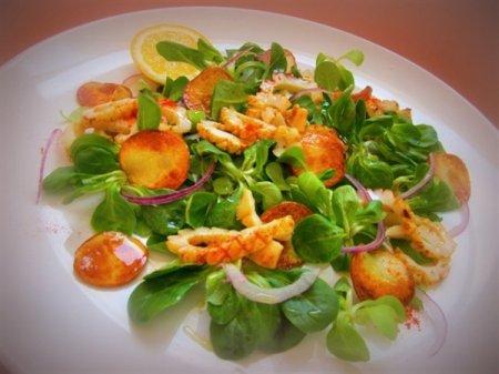 Рецепт Салат с кальмарами и картофельными чипсами с медово-лимонной заправкой