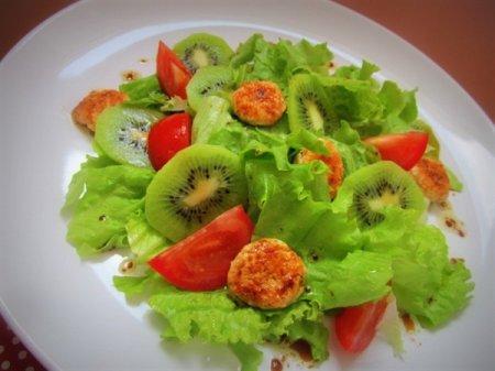 Рецепт Лёгкий салат с киви и куриными медальончиками