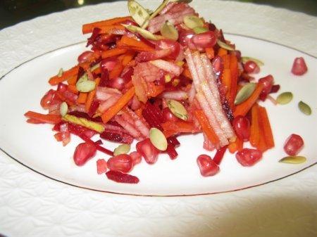Рецепт Свекольный салат с грушей, морковью, тыквой и зёрнами граната