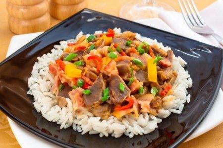 Рецепт Куриные желудки, жаренные с беконом и овощами