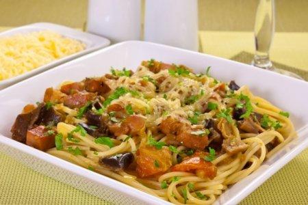 Рецепт Спагетти с баклажанами, белыми грибами и грудинкой