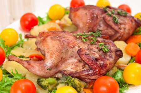 Рецепт Перепела, маринованные в вине, запеченные с овощами и беконом