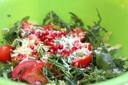 Салат из помидоров, маслин, граната и пармезана