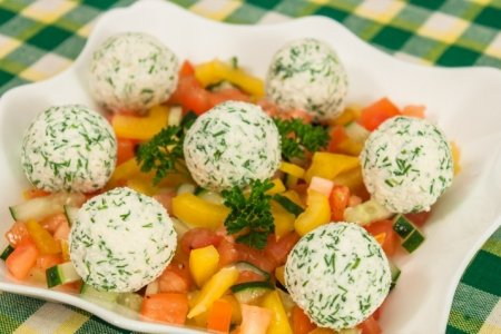 Рецепт Овощной салат с шариками из феты и маслин