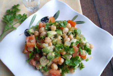 Рецепт Салат с нутом, авокадо, соленым огурцом