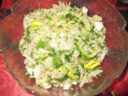 Рецепт Салат из белокочанной капусты с орехами