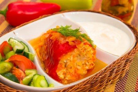 Рецепт Перец, фаршированный индейкой, тушенный в помидорах