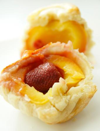 Рецепт Персики с клубникой в слоеном тесте