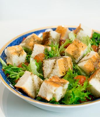 Рецепт Салат из помидор черри с чесночным хлебом