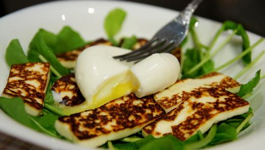 Салат с жареным козьим сыром