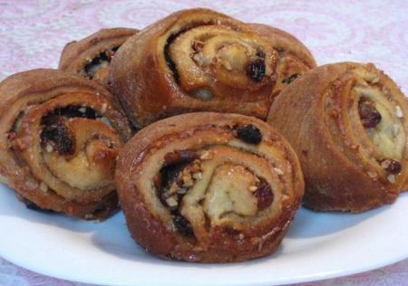 Австрийские булочки с финиками, изюмом и миндалем