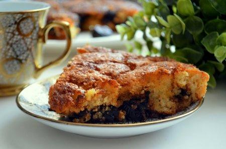 Рецепт Шарлотка с карамельным черносливом на манке