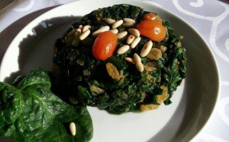 Рецепт Шпинат с кедровыми орехами, изюмом